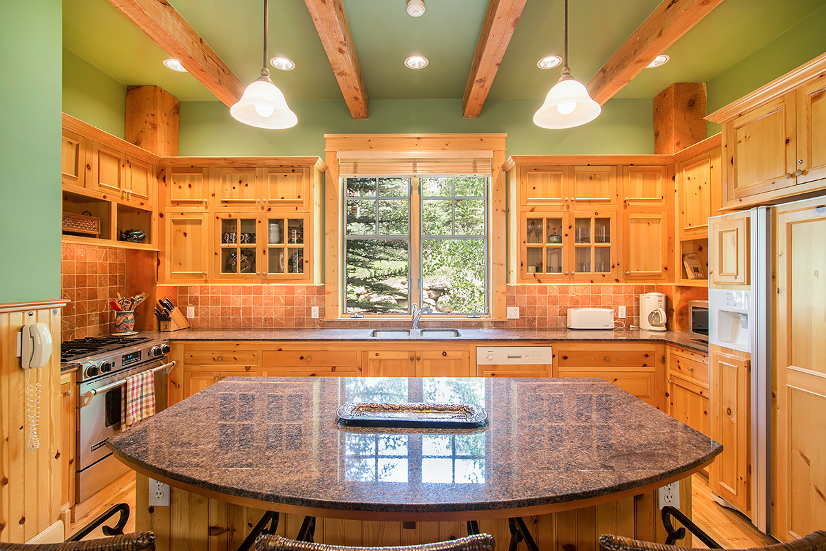 215 Double Eagle - Gourmet kitchen with large center island
