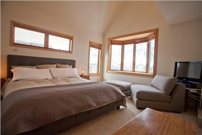 Master Bedroom - King Sized Bed - Sitting Area - Flat Screen TV